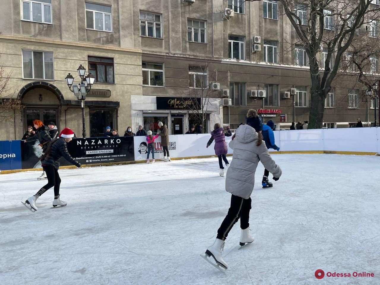 На Греческой площади открыли ледовый каток (фото)