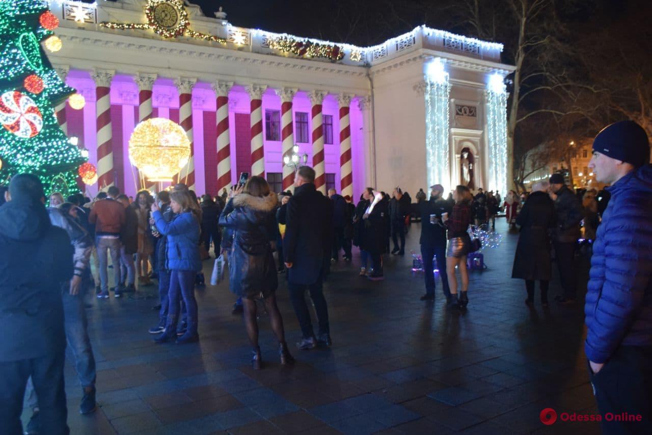 Без живого концерта, но с праздничным настроением: одесситы пришли на Приморский бульвар встретить Новый год