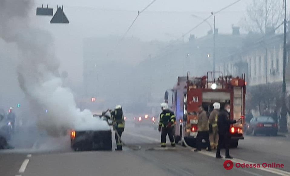 В центре Одессы загорелась легковушка