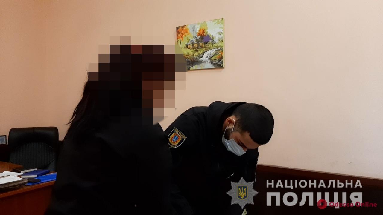 На Дерибасовской 19-летняя девушка ударила прохожего ножом за просьбу позвонить