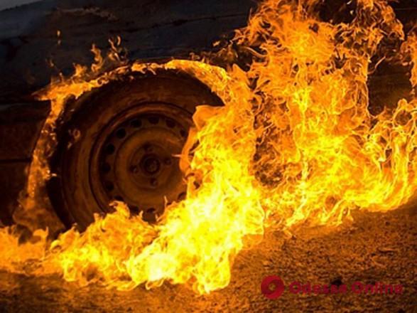 На юге Одесской области ночью тушили загоревшуюся легковушку