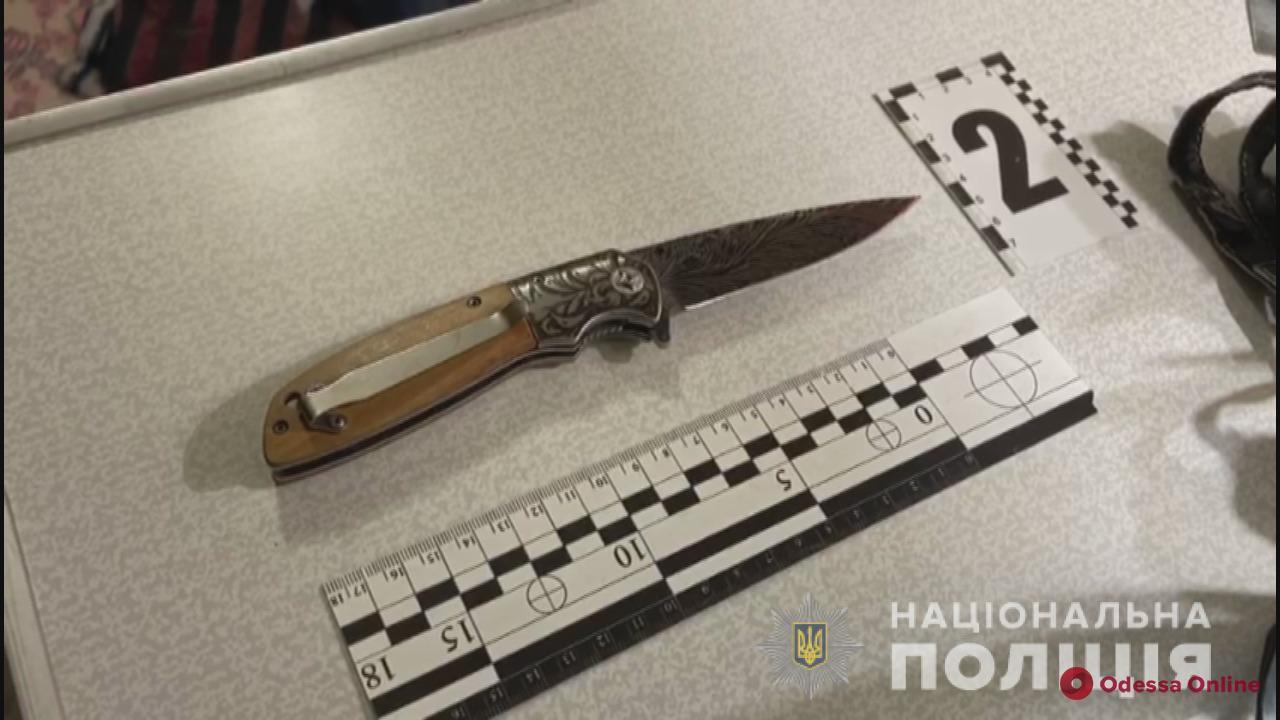 Одессит ударил отца ножом в шею из-за ссоры за праздничным столом
