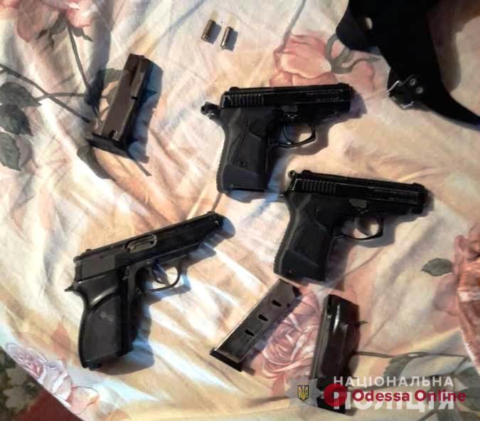 У жителя Белгорода-Днестровского нашли много оружия и коноплю