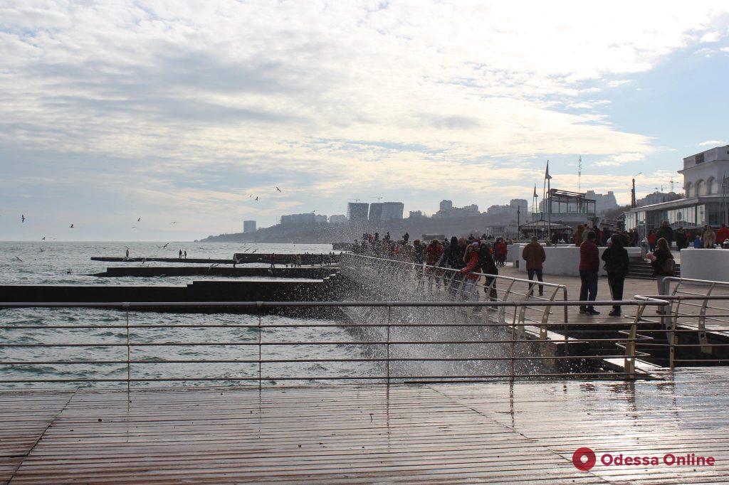 Первый день нового года по-одесски — аншлаг у моря (фото)