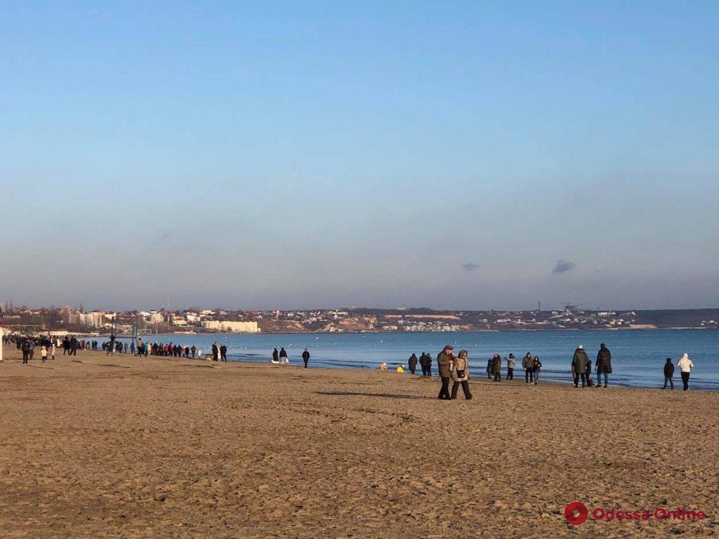 «Незимний» локдаун: в субботу одесситы гуляли у моря и выстраивались в очереди за кофе (фото)