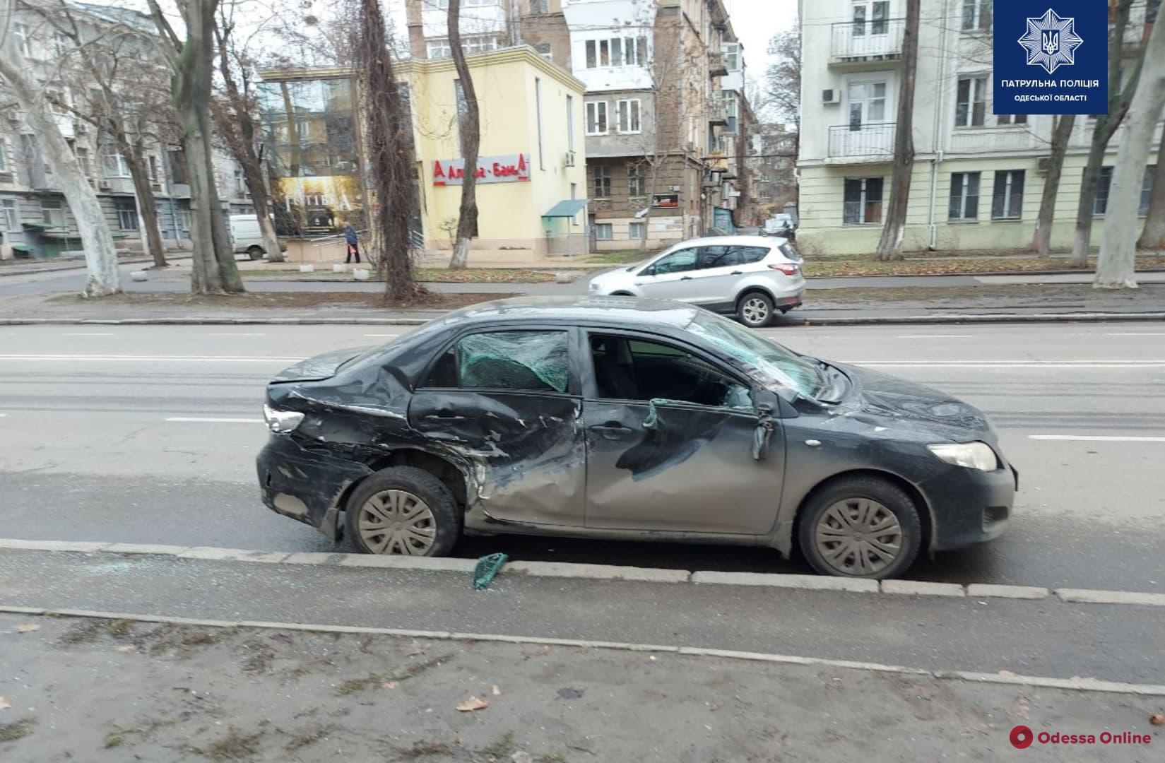 В Одессе Dodge Ram врезался в остановку, столкнулся с двумя авто и скрылся