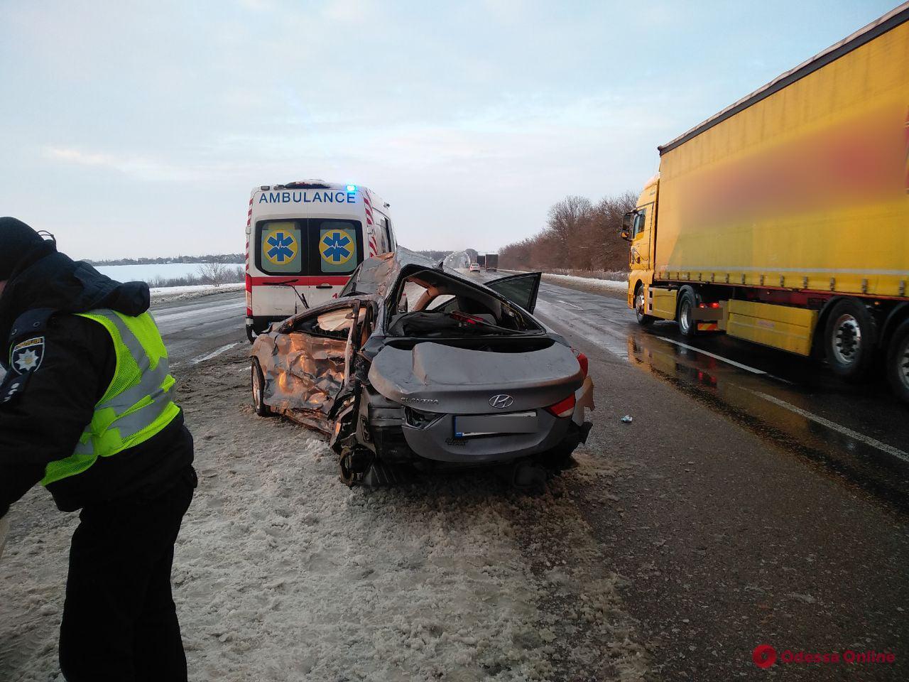 В Раздельнянском районе столкнулись легковушка и грузовик — погиб мужчина