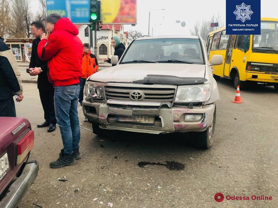 На Николаевской дороге столкнулись легковушка, грузовик и внедорожник — есть пострадавший