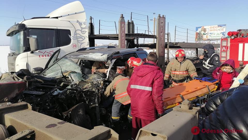 Под Одессой столкнулись грузовик и внедорожник — есть пострадавший (обновлено)