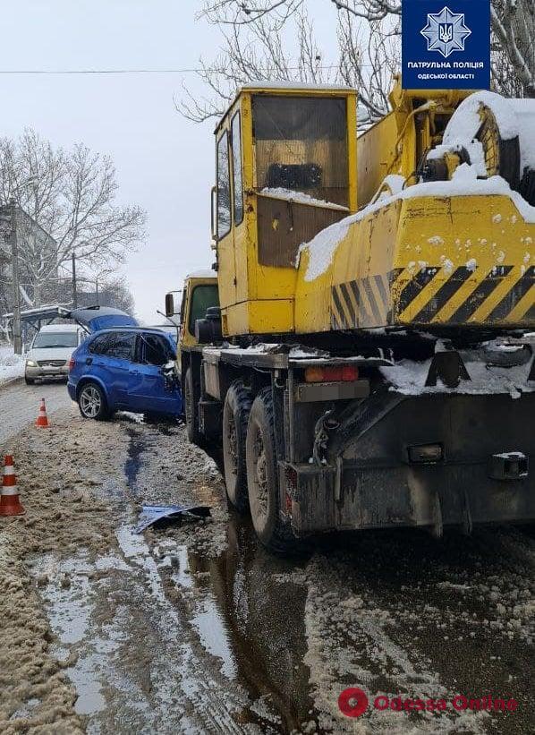 На Житомирской столкнулись кроссовер и автокран — пострадали два мальчика