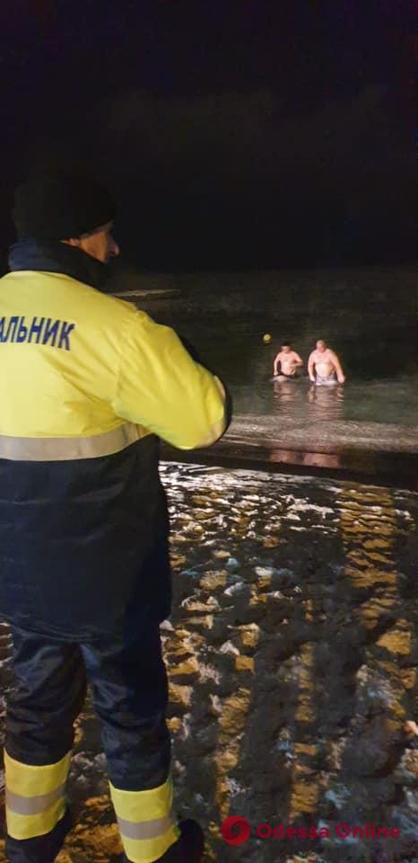 В Одессе в ночных крещенских купаниях участвовало около трех тысяч человек