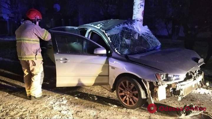 В Подольске легковушка врезалась в стойку билборда — водителя зажало в салоне