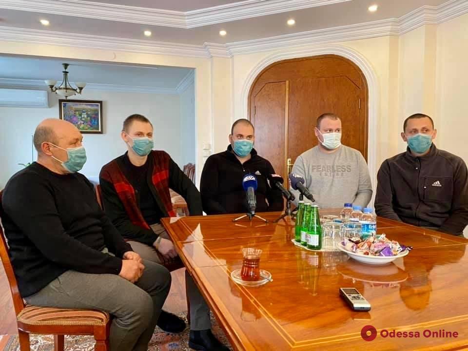 В Одессе встречали спасенных членов экипажа затонувшего у берегов Турции сухогруза
