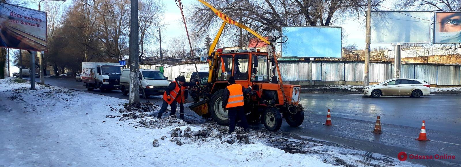 Одесские коммунальщики чистят ливневки и вывозят остатки снега