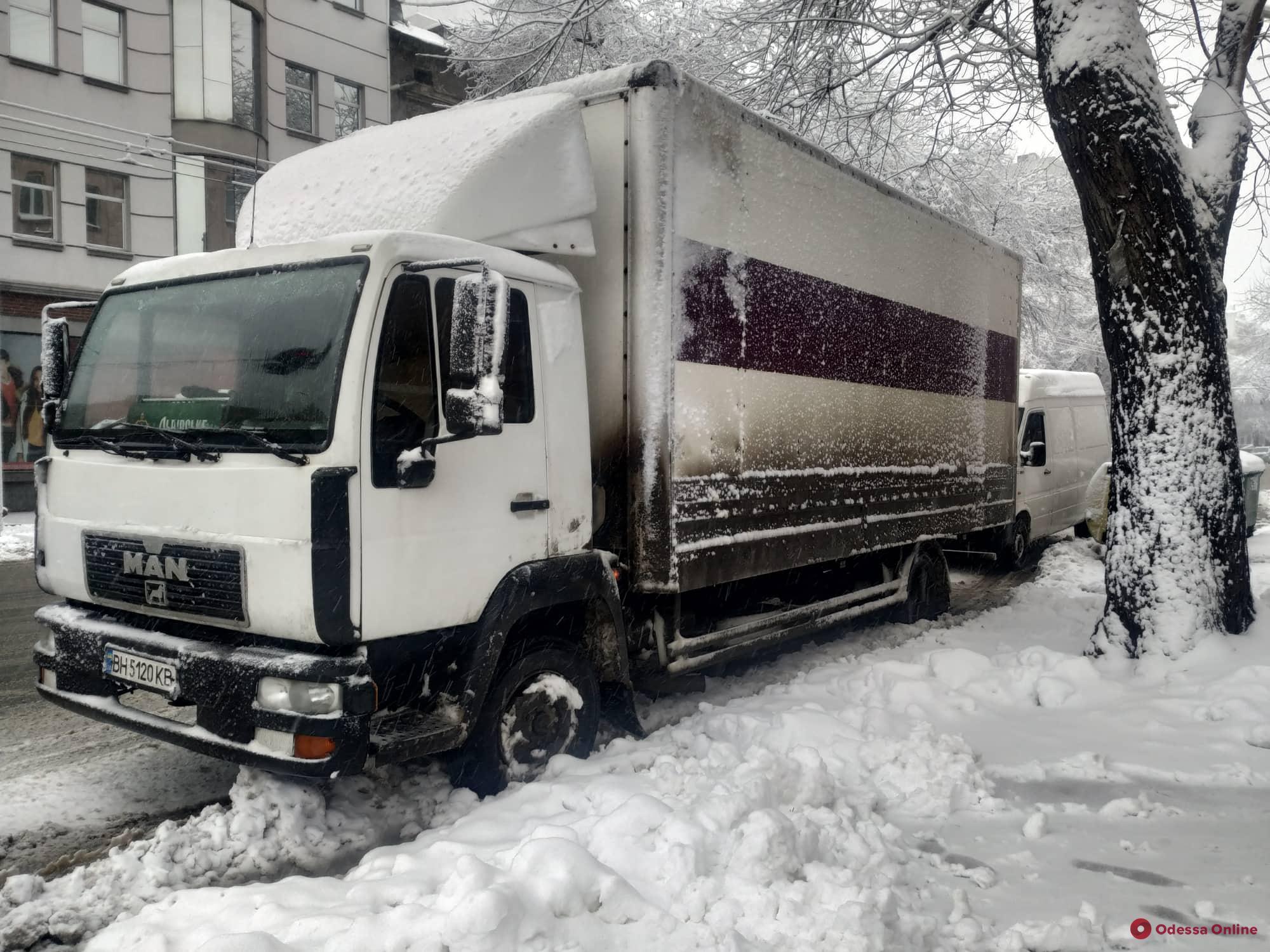 Из-за сильного снегопада в Одессу ограничили въезд фур и грузовиков