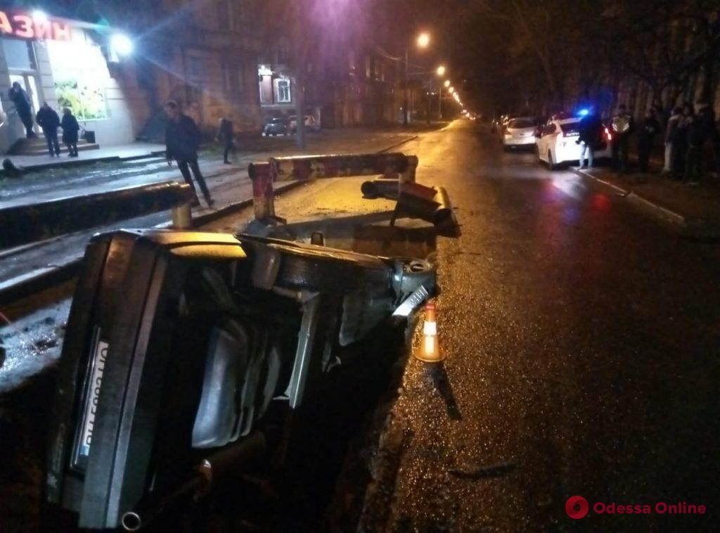 На Градоначальницкой легковушка упала в вырытую коммунальщиками яму
