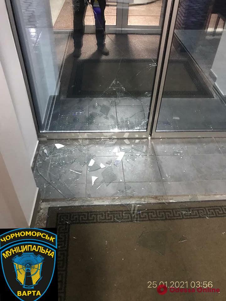 В Черноморске мужчина разбил стекло здания мэрии (фото)