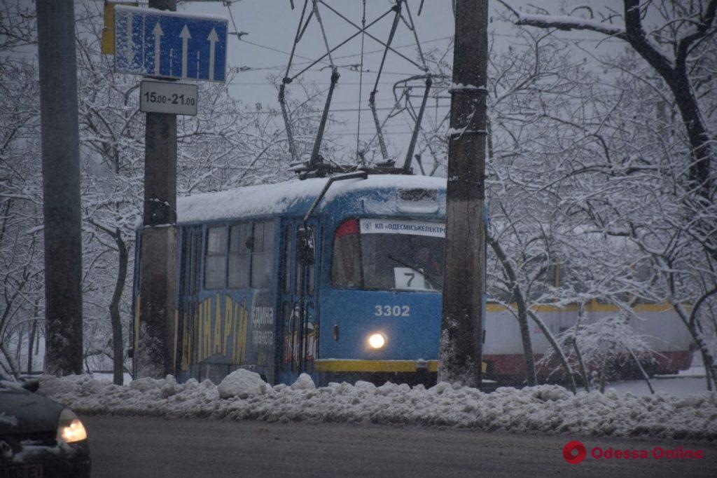 С раннего утра в Одессе тысяча коммунальщиков и свыше сотни единиц спецтехники чистят дороги от снега