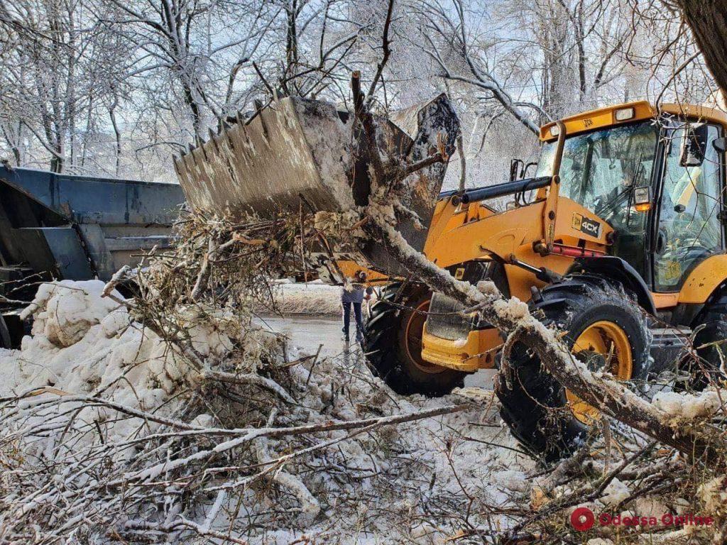 Одесские коммунальщики продолжают освобождать город от снега