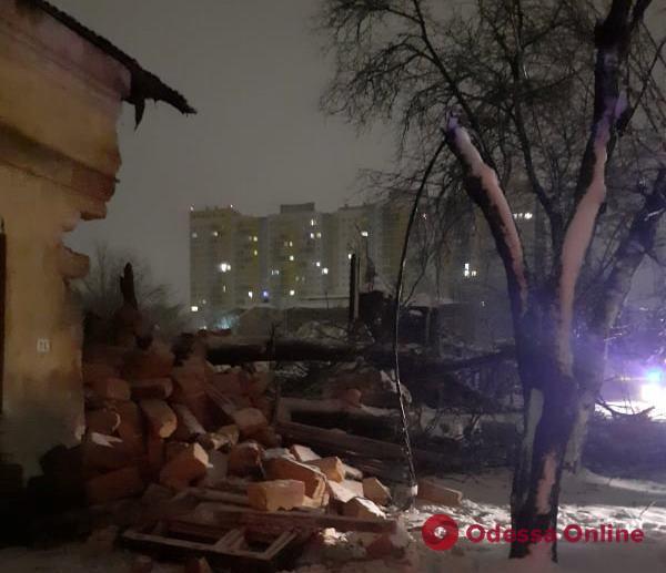 На Молдаванке упавшее дерево разрушило часть дома