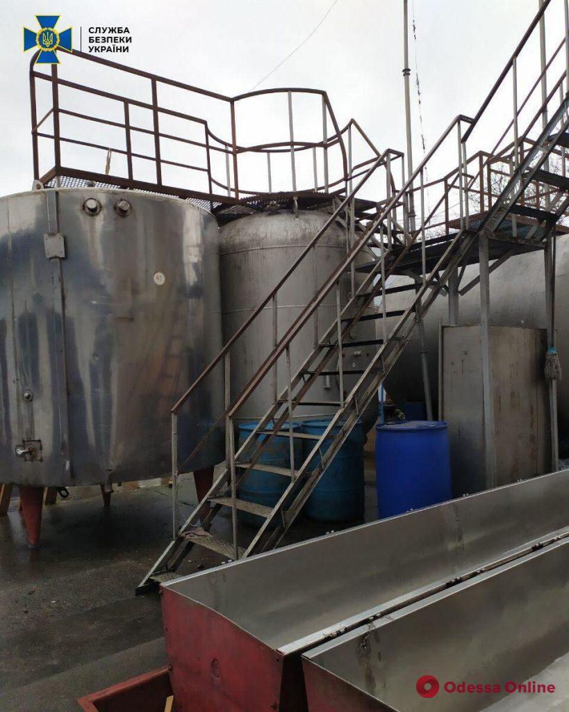 Четверо одесситов организовали на дому цех по производству поддельного алкоголя