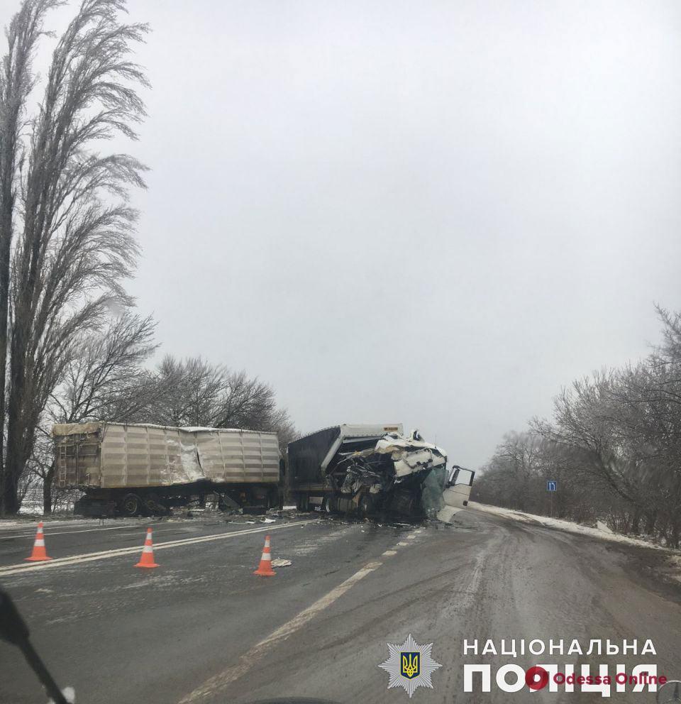 На трассе Одесса-Николаев столкнулись два грузовика — есть пострадавший