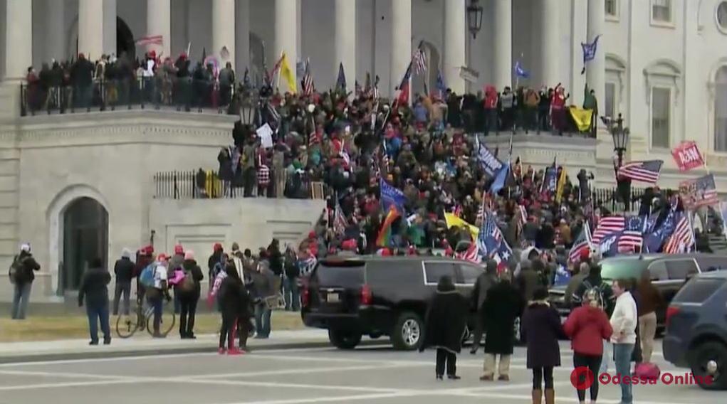 Беспорядки в Вашингтоне: сторонники Трампа ворвались в Капитолий
