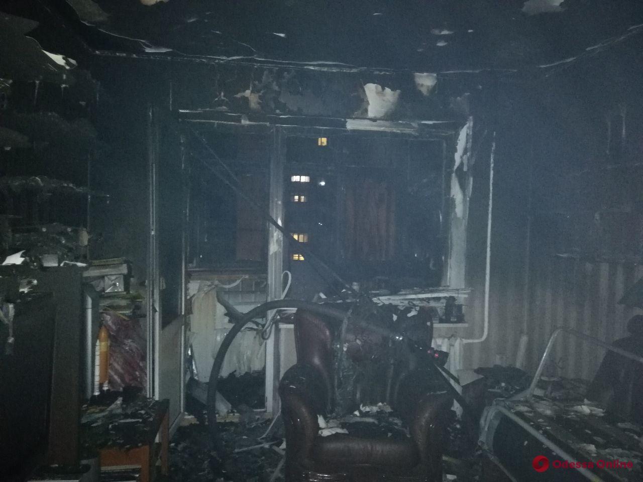 На Таирова произошел пожар в девятиэтажке – жильцов эвакуировали