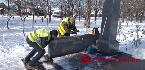 Одесса: вандалы сломали скульптурную композицию в сквере Партизанской Славы