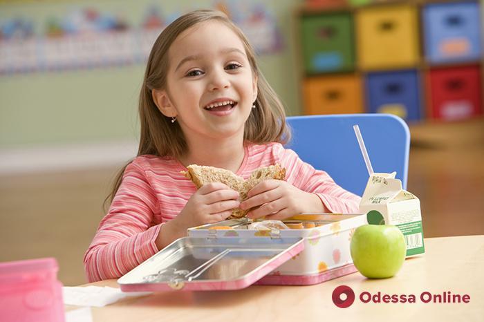 Больше овощей и никаких сосисок: в одесских школах изменят меню для младших классов