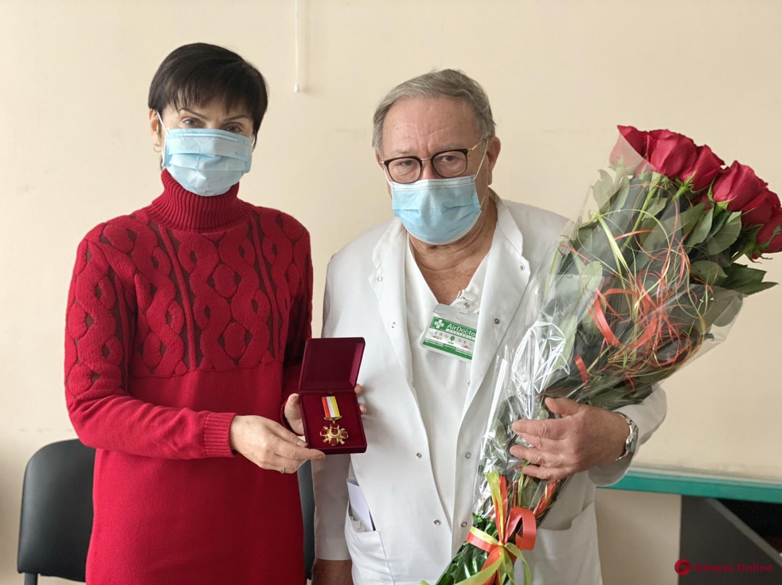 Одесский врач, работающий уже 62 года, получил награду от мэрии (фото)