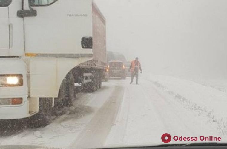 На трассе Одесса-Киев в снежных заносах застряли около 300 фур