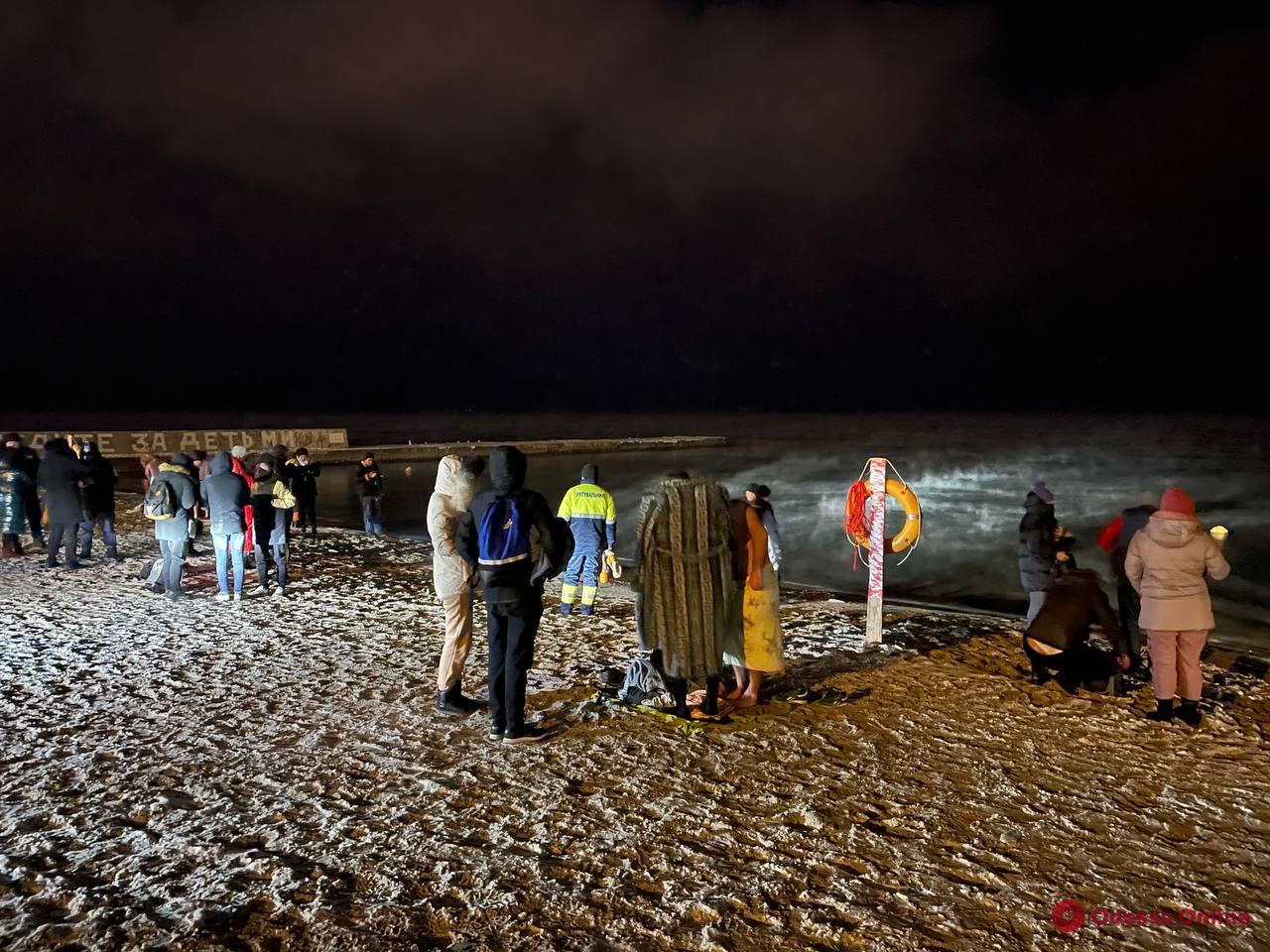 Крещенские купания в -15: в ледяное море ночью окунулись десятки одесситов (фоторепортаж)