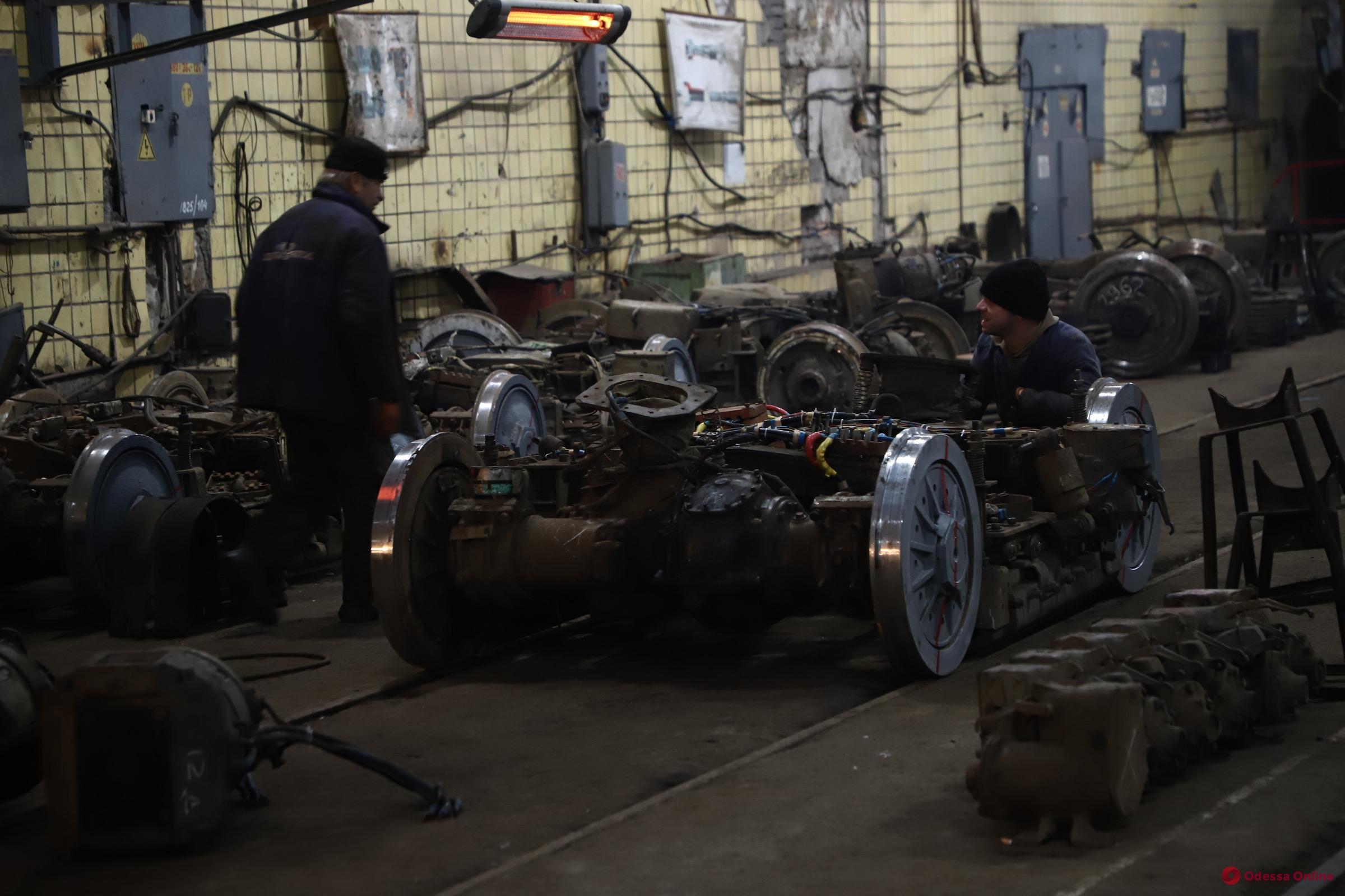 Мэр проверил, как в «Одесгорэлектротрансе» ремонтируют поврежденные во время непогоды трамваи