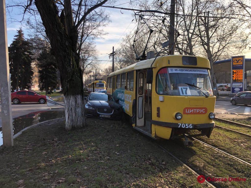 В Одессе столкнулись «Ягуар» и трамвай