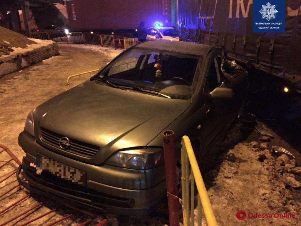 Возле Пересыпского моста фура столкнулась с легковушкой (фото)