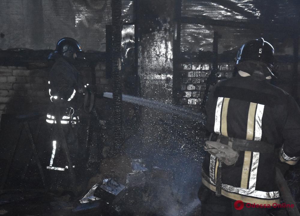На Старокиевском шоссе тушили пожар на складе дверей