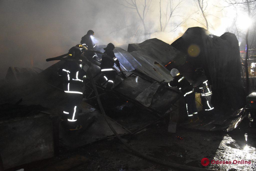 В Одессе сгорел ангар с грузовиком