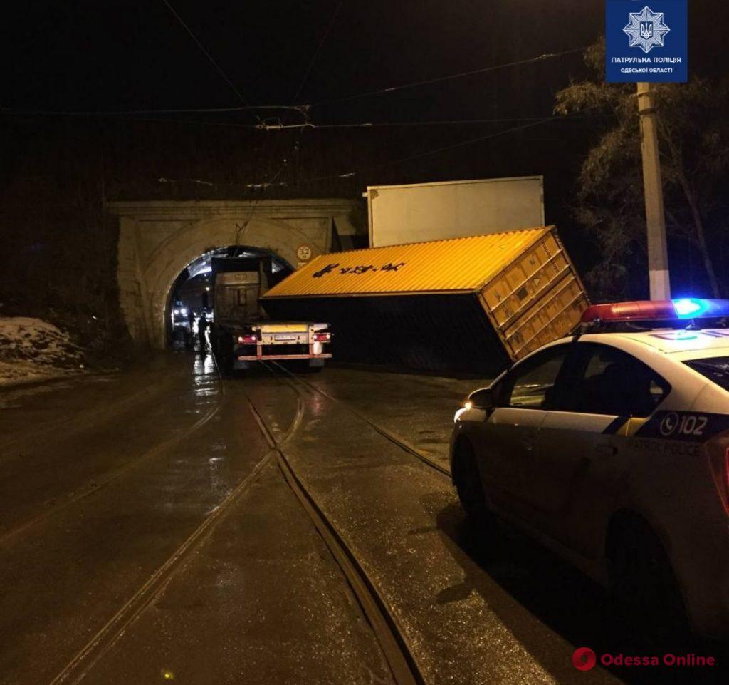 Водитель фуры пытался проехать под Глухим мостом в Одессе и «потерял» контейнер (фото)