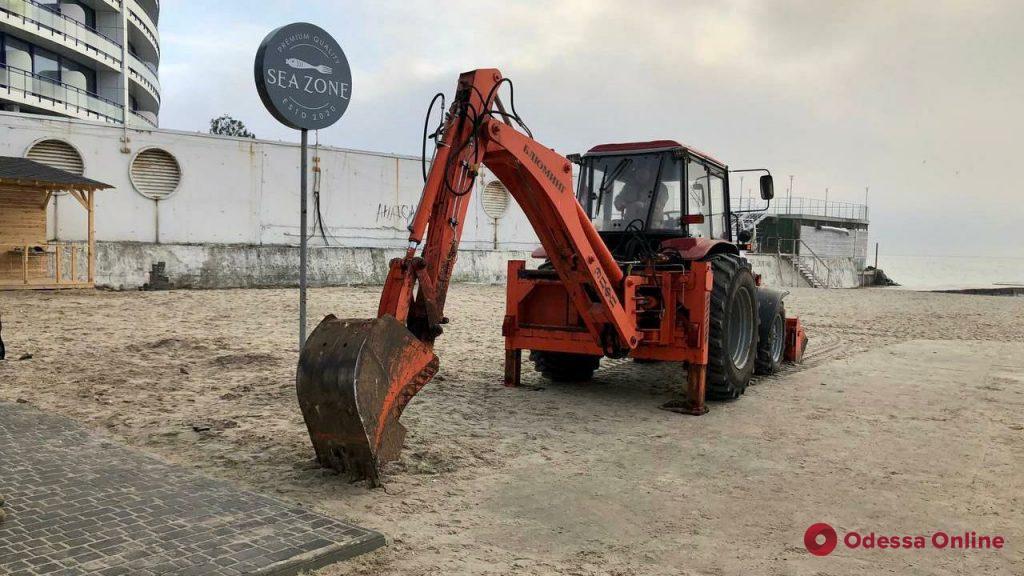 На пляже в районе 10-й станции Фонтана коммунальщики раскопали нелегальную канализацию