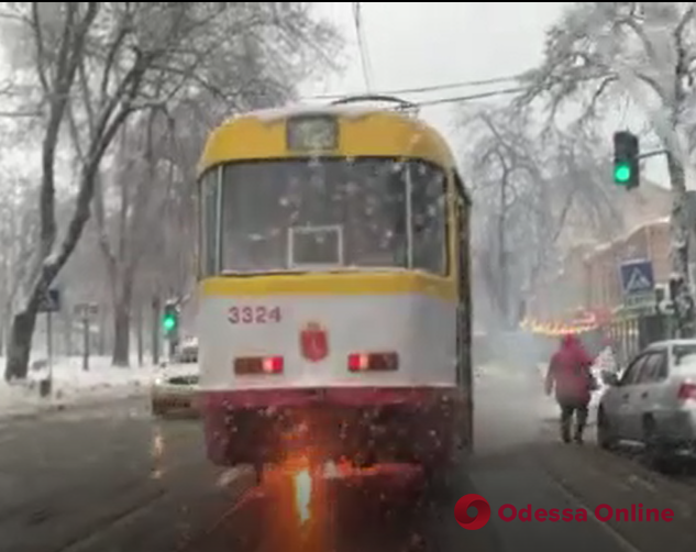 В центре Одессы на ходу вспыхнул трамвай (видео)