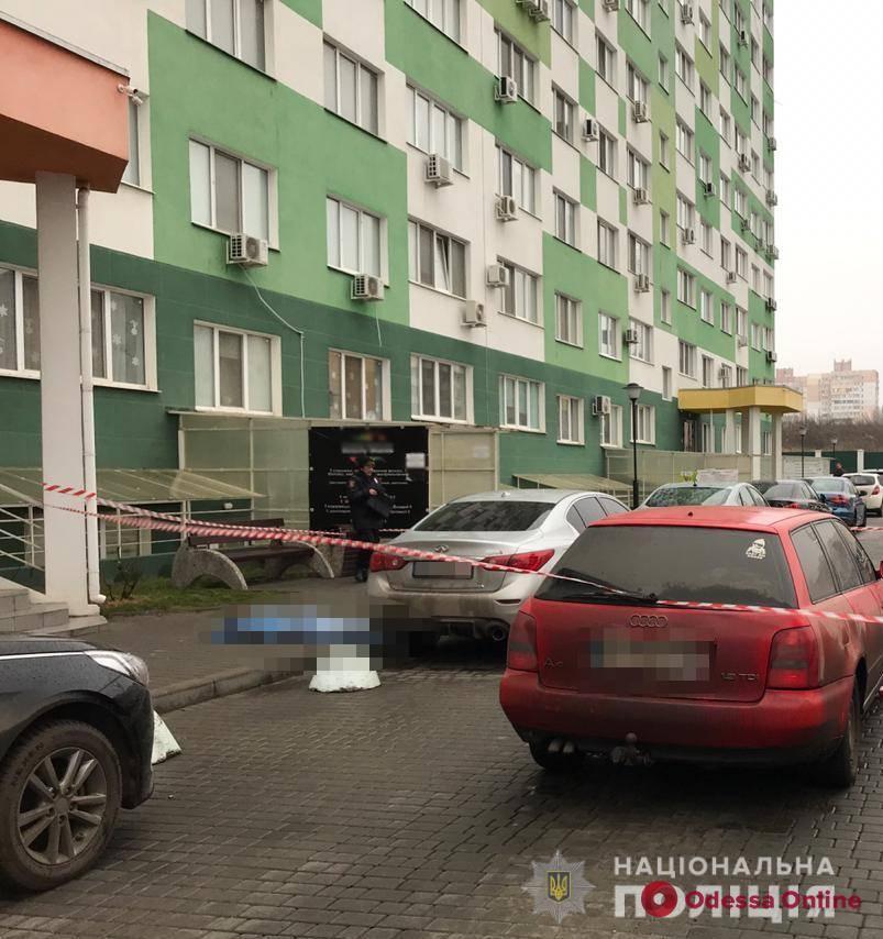 На поселке Котовского мужчина спрыгнул с крыши многоэтажки (обновлено)