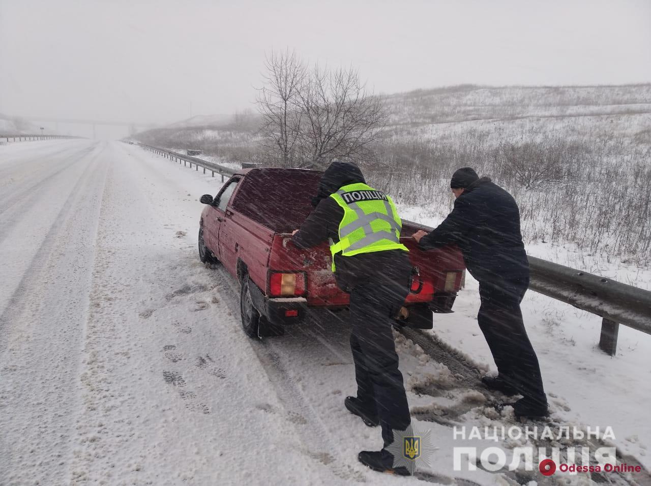В Одесской области в снежном плену оказались более 300 машин