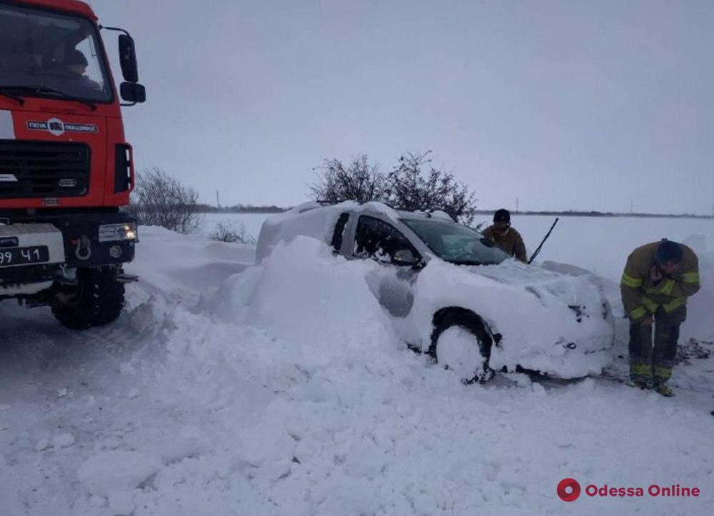 Водители в снежных ловушках и обесточенные села: в Одесской ОГА рассказали, какие бедствия принесла непогода
