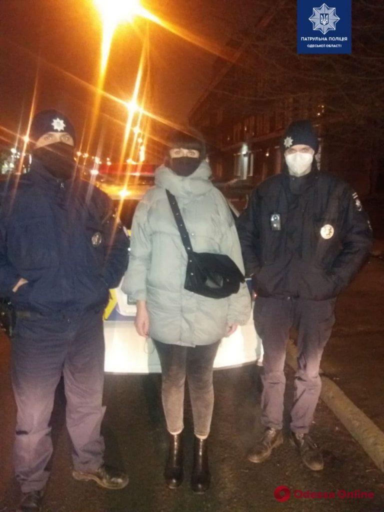Одесские патрульные пытались спасти собаку, которую сбила машина