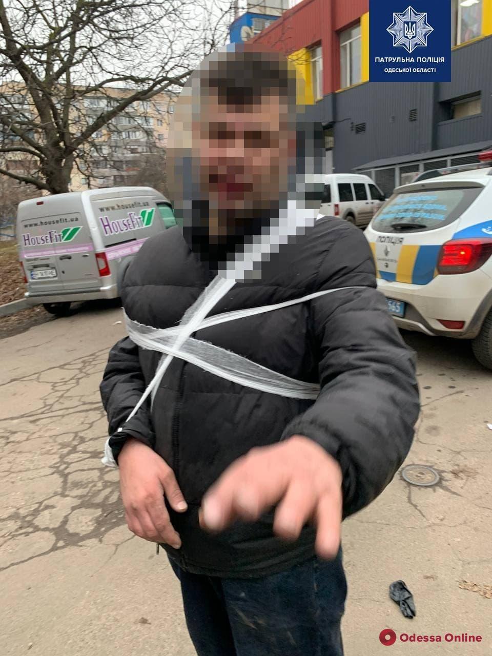 В Одессе неадекват облил бензином автомобиль и угрожал прохожим ножом