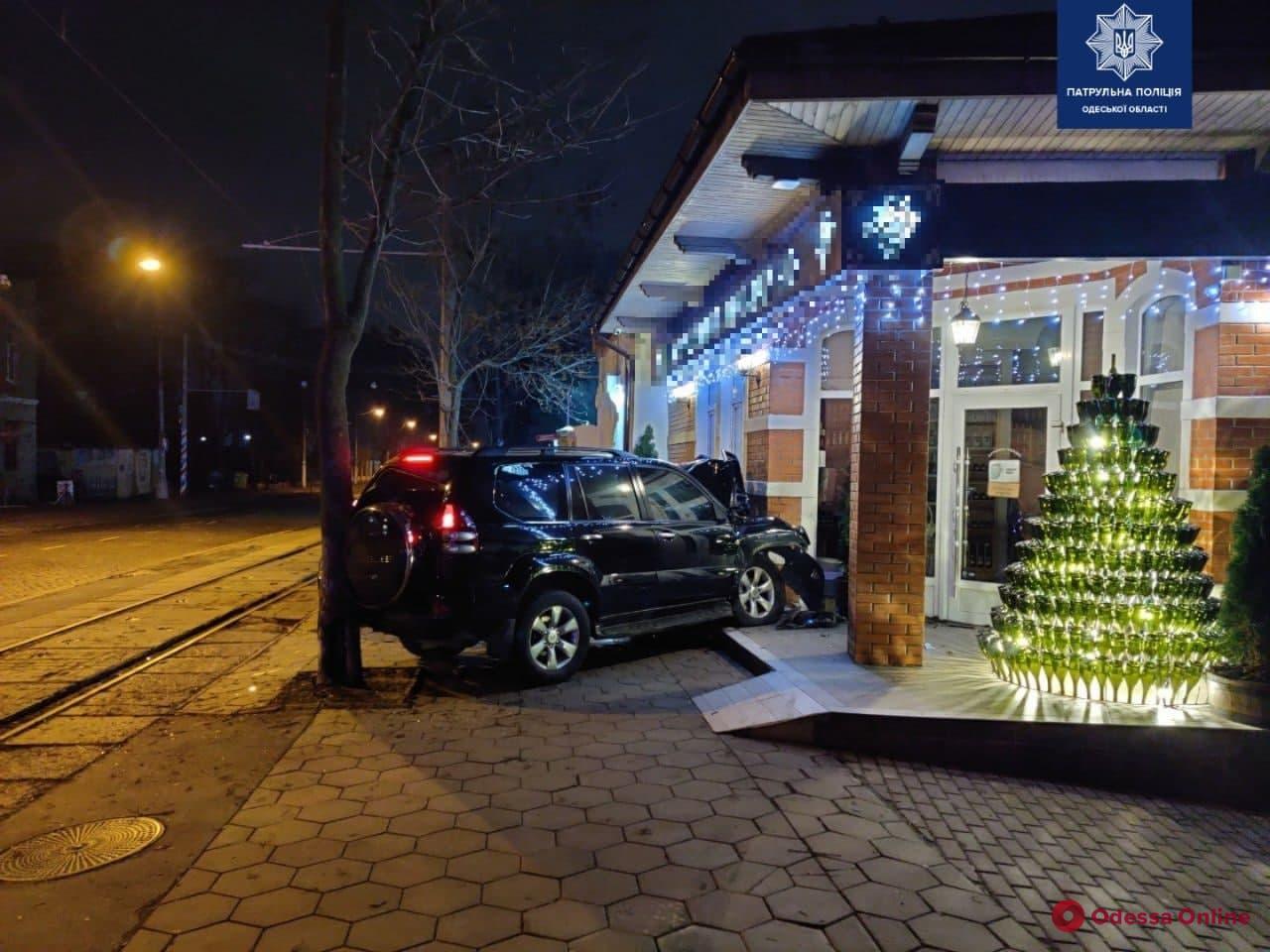 На Французском бульваре ночью внедорожник врезался в магазин