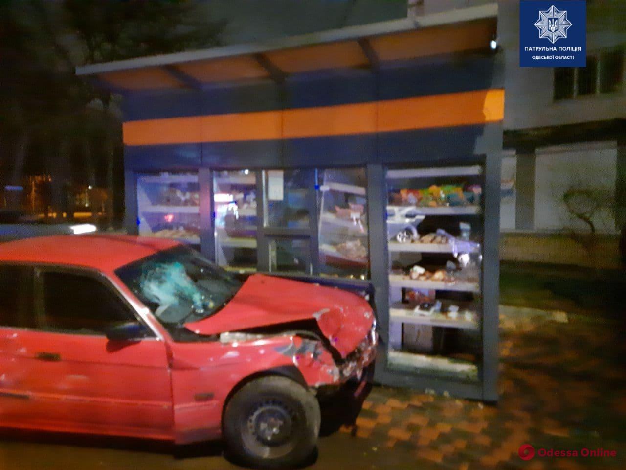 В Одессе столкнулись BMW и Chevrolet  – одну из машин отбросило на торговый павильон