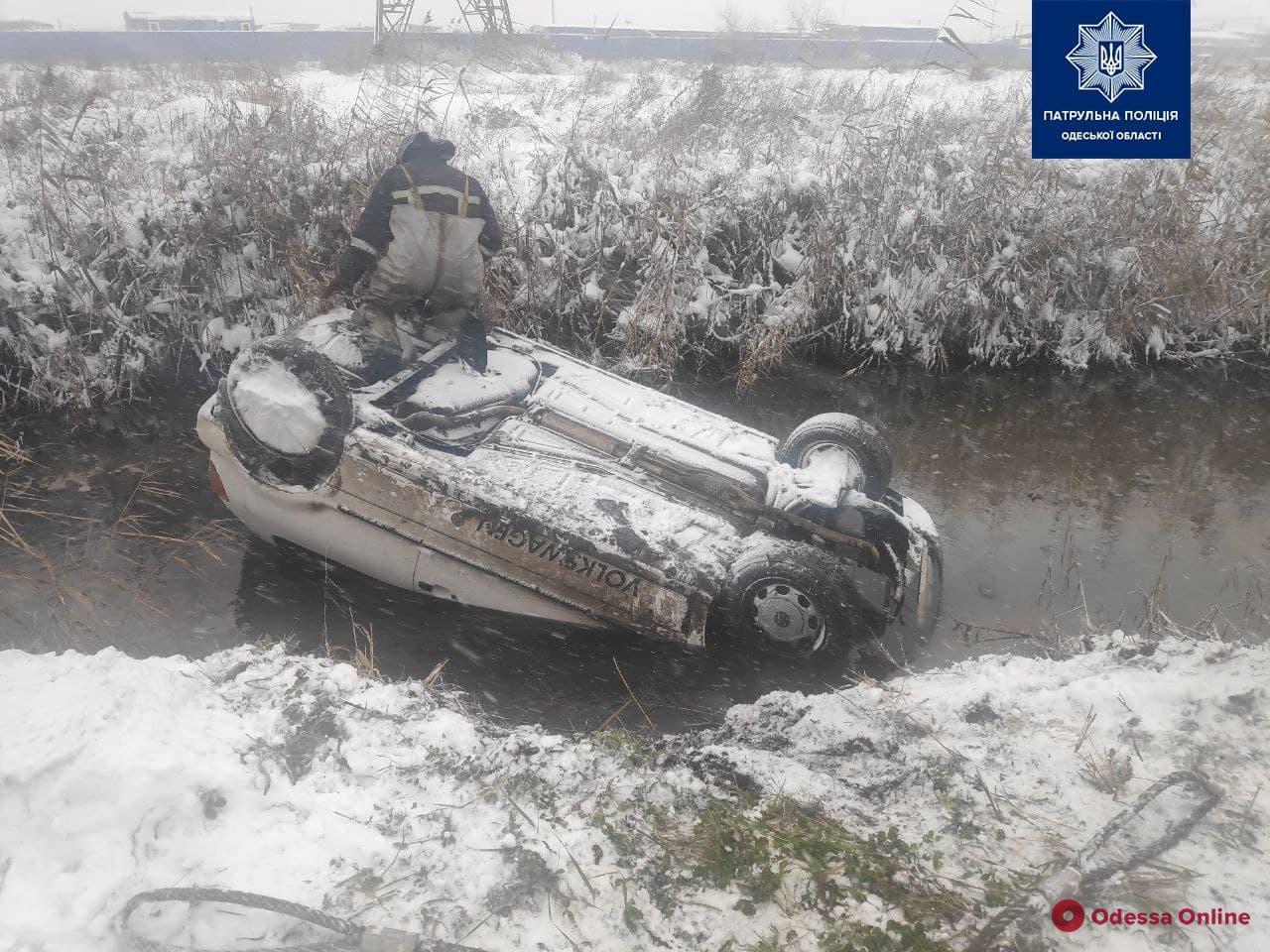 На Хаджибейской дороге легковушка слетела с дороги и опрокинулась (фото)