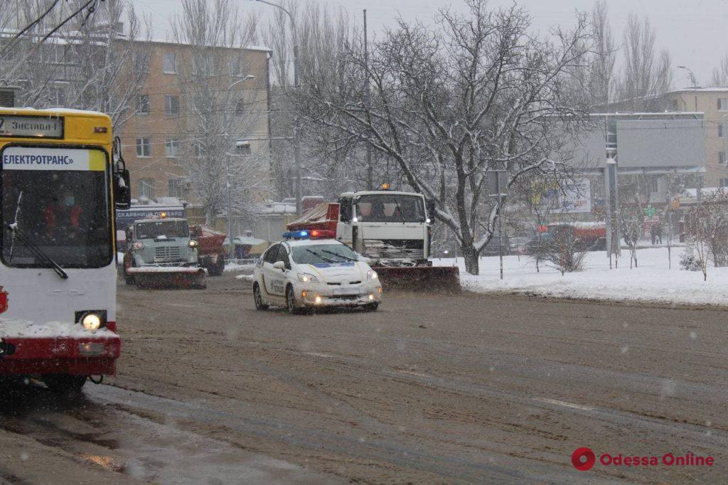 Одессу засыпало снегом – с ночи дороги чистят более сотни единиц спецтехники (фото, видео)